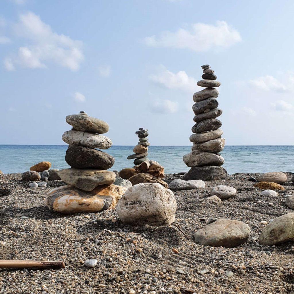 Emotionscode Steine aus dem Weg räumen am Strand